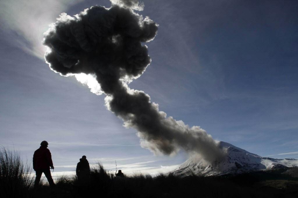 29.dez.2014 - Grupo observa cinzas do vulcão ativo Popocatepetl, que ameaça a comunidade de Paso de Cortes, no México