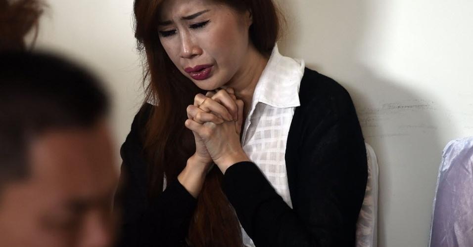 29.dez.2014 - Mulher reza por familiares que estavam a bordo do voo QZ 8501 da AirAsia, nesta segunda-feira (29), no aeroporto internacional de Juanda, na Indonésia. O avião com 162 pessoas a bordo perdeu contato com a torre de comando em Jacarta, na Indonésia, cerca de 40 minutos após a decolagem. Este é o terceiro grande incidente envolvendo uma companhia malaia neste ano