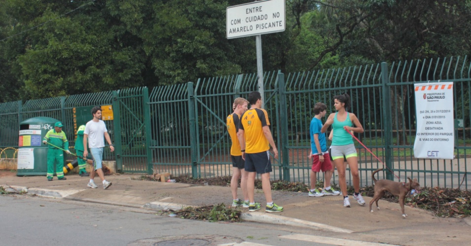 29.dez.2014 - Parque do Ibirapuera, na zona sul da capital paulista, amanheceu com os portões fechados ao público devido ao risco de queda de árvores após forte chuva que caiu sobre a cidade na madrugada de segunda-feira (29)