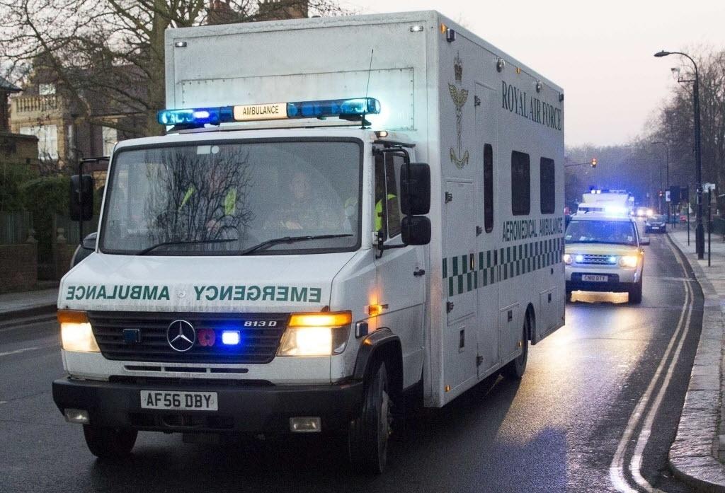 30.dez.2014 - Ambulância transporta paciente infectado pelo vírus ebola para o Royal Free Hospital, em Londres, nesta terça-feira (30). O paciente é um membro da equipe médica que ajudou a combater a epidemia em Serra Leoa, no oeste africano
