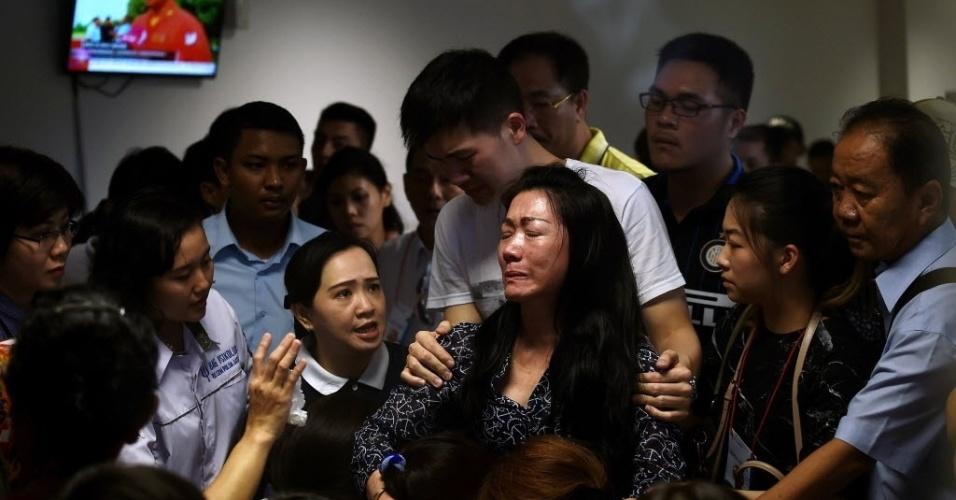 30.dez.2014 - Parentes de passageiros do voo QZ8501 da AirAsia, desaparecido desde domingo (28), choram no centro de crise montado no aeroporto internacional de Juanda, em Java, na Indonésia. As autoridades do país confirmaram nesta terça-feira (30) que os destroços encontrados pertencem ao Airbus 320. Corpos também foram encontrados flutuando