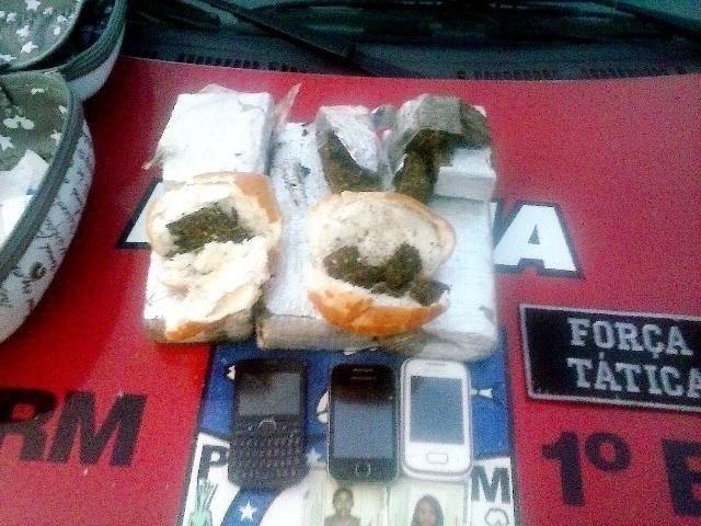 30.dez.2014 - Duas mulheres foram detidas na noite de terça-feira (30) ao levarem maconha disfarçada de hambúrguer, em Maceió. Além do recheio dos pães, uma maleta contendo quase 3 quilos de maconha prensada e uma faca foram apreendidas com uma das jovens