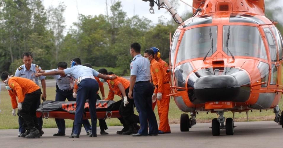 31.dez.2014 - Corpo de vítima do voo QZ8501 é transportado pela equipe de resgate indonésia após ser retirado do mar de Java. As autoridades da Indonésia confirmaram nesta quarta-feira que encontraram o Airbus 320-200. Um navio que participa das operações de busca conseguiu determinar com precisão a localização da aeronave graças ao uso de um sonar