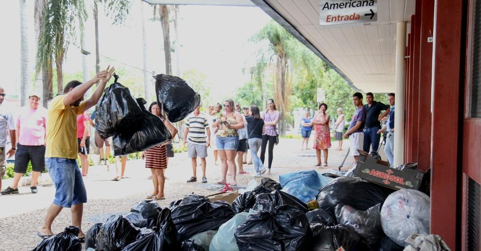 31.dez.2014 - Moradores de Americana, no interior de São Paulo, protestam depositando sacos de lixo em frente à prefeitura nesta quarta-feira (31). A cidade vive uma situação crítica por conta do atraso na coleta de lixo. Os servidores responsáveis pelo serviço não receberam o 13º salário e estão em greve