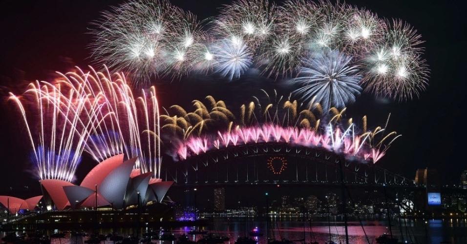31.dez.2014 - Queima de fogos sobre a Opera House na baía de Sydney, na Austrália, à meia-noite de 2015. A cidade recebeu o Ano-Novo com um show de fogos de artifício de mais de 15 minutos