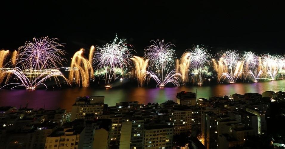 01.jan.2015 - Fogos iluminam a praia de Copacabana, no Rio de Janeiro, em vista do Bar do Alto, no morro da Babilônia