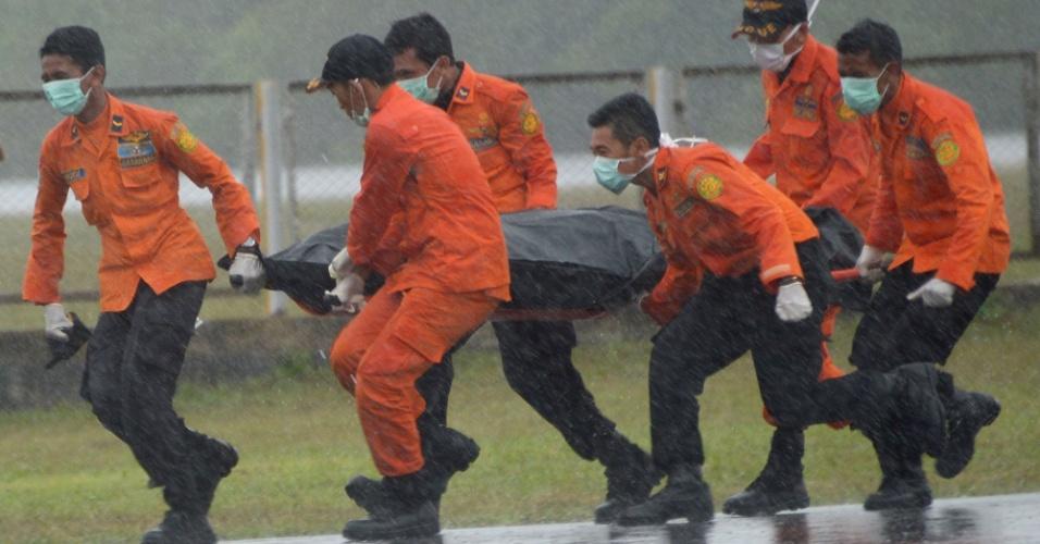 01.jan.2015 - Membros da equipe de resgate recolhem em Kalimantan mais um corpo de vítima do voo da AirAsia, nesta quinta-feira (1), encontrado no mar de Java. Autoridades indonésias prometeram total esforço na recuperação dos corpos das vítimas do voo QZ8501