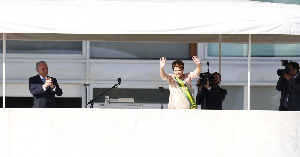 1º.jan.2015 - A presidente reeleita Dilma Rousseff acena para o público após colocar a faixa presidencial durante cerimônia de posse do seu segundo mandato, no Palácio do Planalto, em Brasília, nesta quinta-feira (1º)