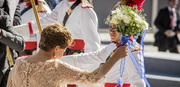 Bastidores: Dilma dá 'jeitinho' e pega buquê durante cerimônia - Eduardo Anizelli/Folhapress