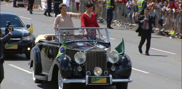 Ao lado da filha, Dilma desfila em carro aberto - Reprodução