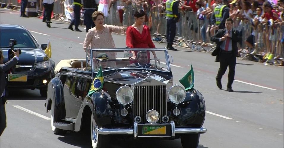 1º.jan.2015 - A presidente Dilma Rousseff é acompanhada pela sua filha, Paula Araújo, a bordo do conversível presidencial Rolls-Royce, em trajeto na Esplanada dos Ministérios, em Brasília, na cerimônia de posse de seu segundo mandato