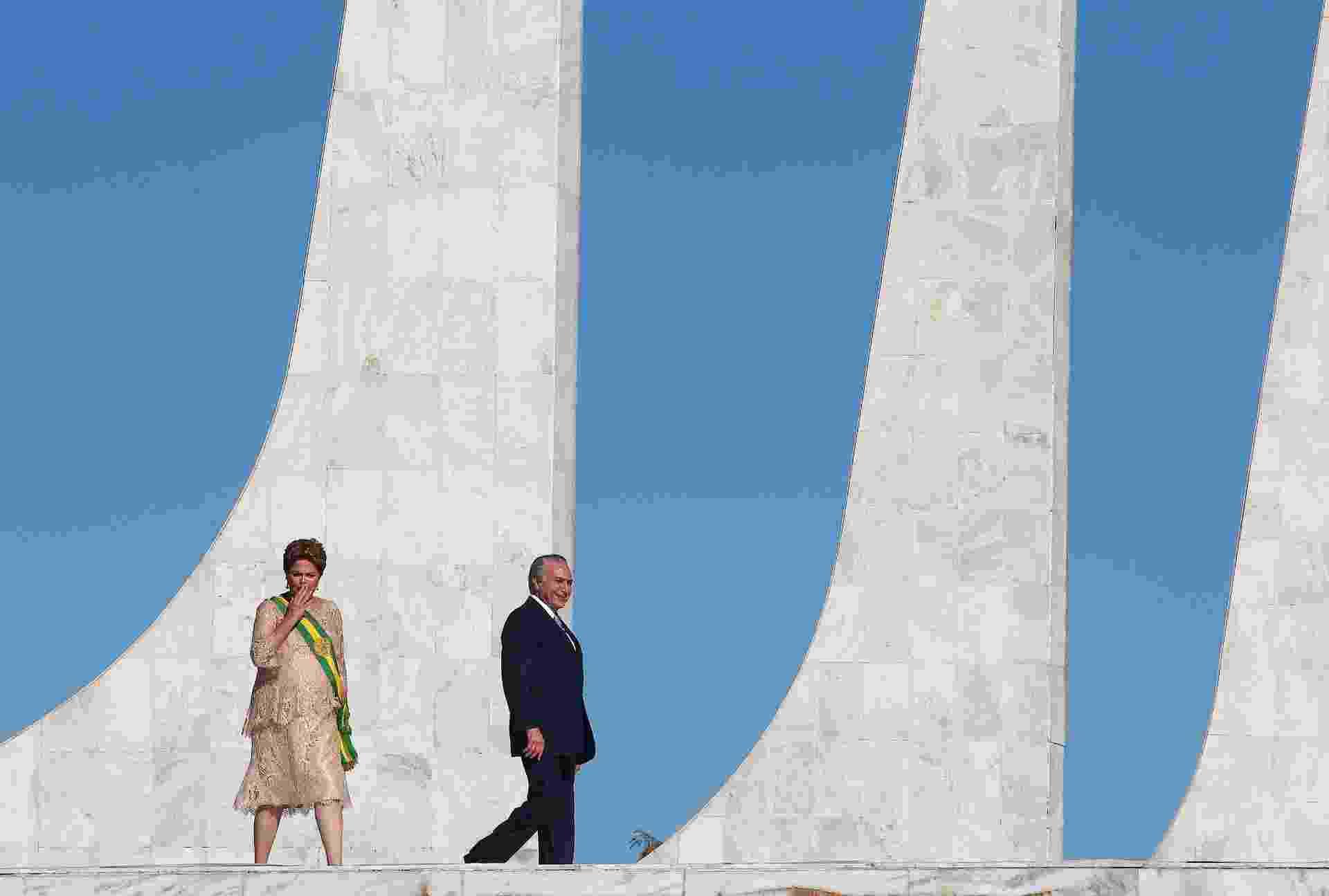 1º.jan.2015 - A presidente Dilma Rousseff se dirige ao parlatório durante cerimônia de posse para seu segundo mandato, no Palácio do Planalto, ao lado do vice-presidente Michel Temer, nesta quinta-feira (1º) - Pedro Ladeira/Folhapress