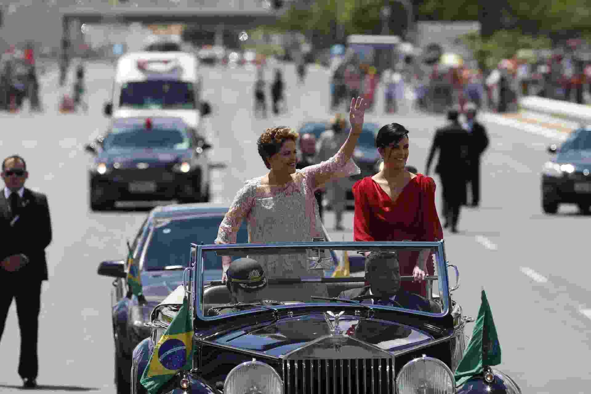 1º.jan.2015 - A presidente do Brasil, Dilma Rousseff, acena ao lado da sua filha durante desfile em carro aberto pela Esplanada dos Ministérios, na cerimônia de posse para o seu segundo mandato, nesta quinta-feira (1º) - Pedro Ladeira/Folhapress