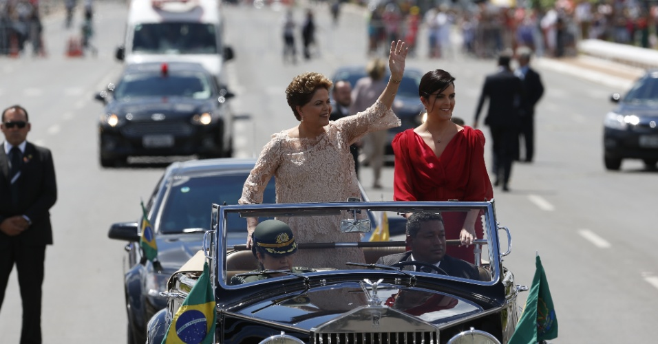 1º.jan.2015 - A presidente do Brasil, Dilma Rousseff, acena ao lado da sua filha durante desfile em carro aberto pela Esplanada dos Ministérios, na cerimônia de posse para o seu segundo mandato, nesta quinta-feira (1º)