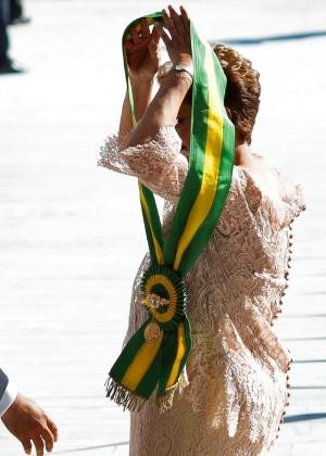 Dilma coloca faixa presidencial durante a cerimônia de posse do seu segundo mandato, em 2015