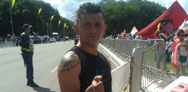 Fora do Congresso, ambulantes vendem carregador de celular portátil - Bruna Borges/UOL