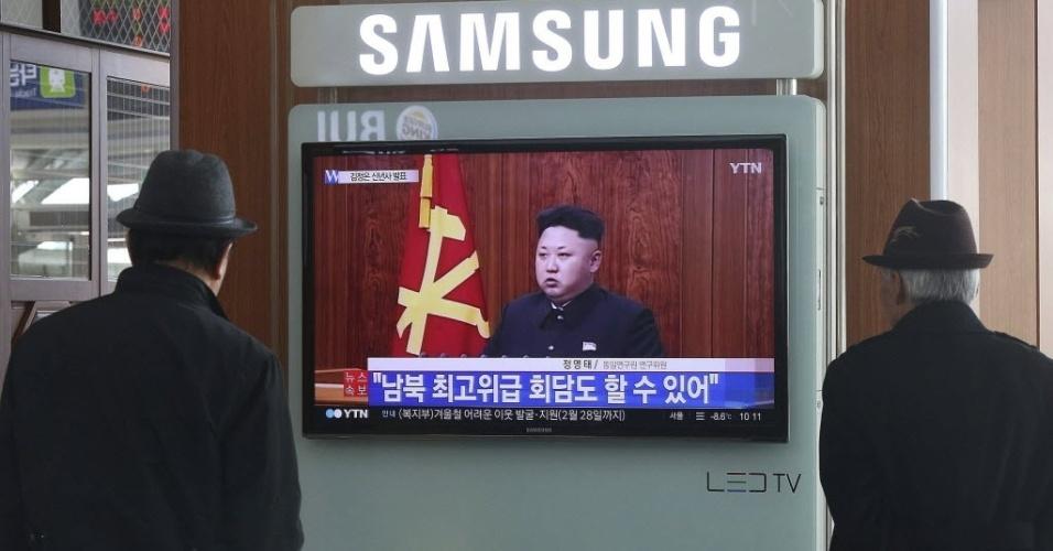 1.jan,2015 - Sul-coreanos assistem pela TV a retransmissão de mensagem de fim de ano do ditador norte-coreano, Kim Jong-un, em Seul (Coreia do Sul); Kim afirmou sua disposição em se encontrar a líder sul-coreana Park Geun-hye