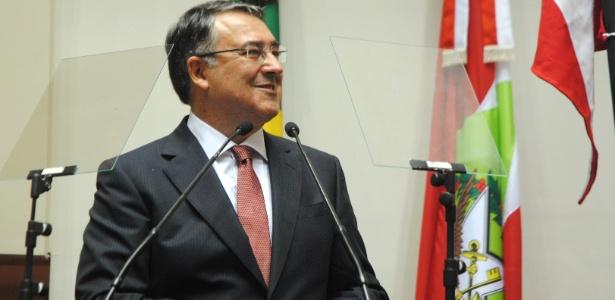 1º.jan.2015 - Governador Raimundo Colombo (PSD) toma posse para o segundo mandato na noite de quinta-feira (1º), em ato na Assembleia Legislativa de Santa Catarina