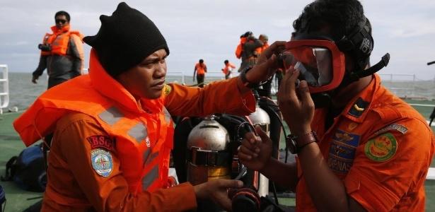 Mergulhadores se prepararam para entrar no mar durante trabalhos de busca por corpos de vítimas do voo QZ8501 da AirAsia no mar de Java - Zulkarnain/Xinhua