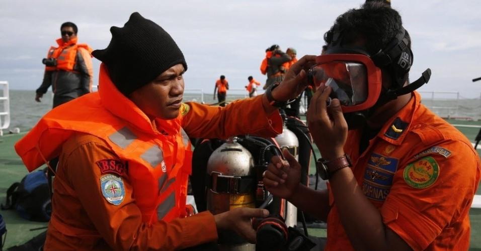 2.jan.2015 - Equipe de mergulhadores se preparara para entrar no mar durante trabalhos de busca por corpos de vítimas do voo QZ8501 da AirAsia no mar de Java, na Indonésia. A queda do avião no dia 28 de dezembro de 2014 deixou 162 mortos