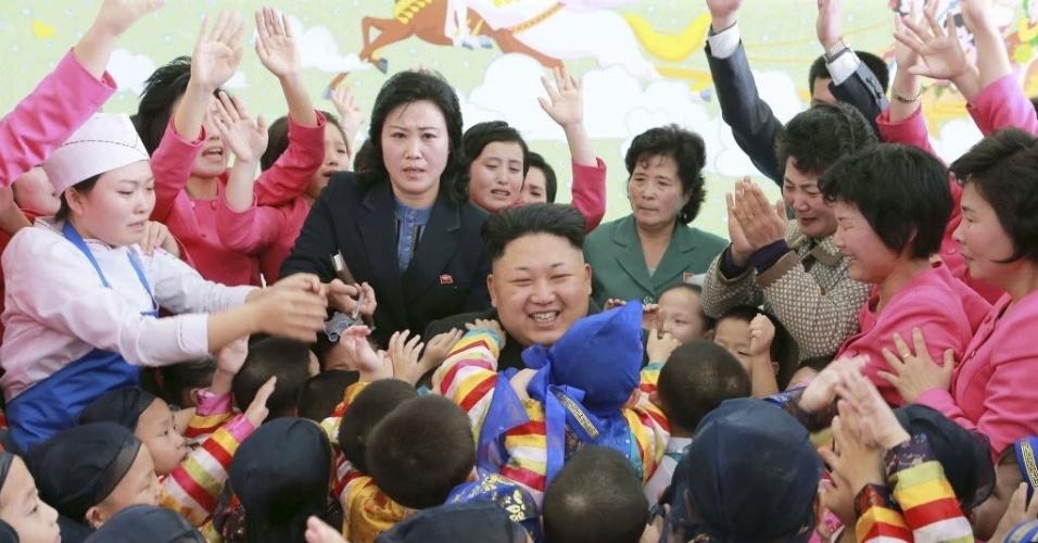 2.jan.2014 - O líder norte-coreano Kim Jong-un é abraçado por crianças em visita a orfanato em Pyongyang. Segundo a agência oficial de notícias da Coreia do Norte, a visita ocorreu no dia do Ano-Novo. A imagem foi divulgada nesta sexta-feira (2)