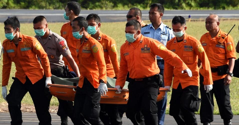 2.jan.2015 - Equipe de busca e resgate da Indonésia transporta, em Pangkalan Bun (Indonésia), o corpo recuperado de uma das vítimas do voo QZ8501 da AirAsia, que caiu no domingo no Mar de Java. Nesta sexta-feira (2), subiu para 16 o número de corpos recuperado entre os destroços. Na quinta-feira, parentes realizaram o primeiro funeral de uma das vítimas do acidente. O Airbus 320 levava 162 pessoas a bordo
