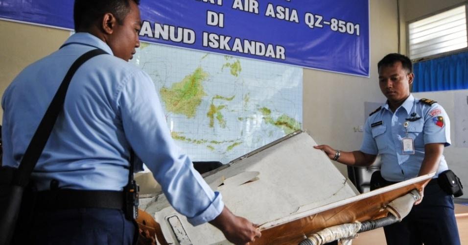 2.jan.2015 - Membros da equipe de resgate da Indonésia recolhem, nesta sexta-feira (2), os restos do avião da AirAsia, que caiu no último domingo no mar de Java, na Indonésia, com 162 pessoas a bordo. Mais sete corpos foram recuperados, com isso chega a 16 o número de vítimas encontradas e retiradas do mar. Oito corpos já foram transferidos para a cidade de Surabaya, na ilha de Java, onde foi montado um centro de operações para identificá-los. Dois estão em Bornéu e outros seis ainda nos navios envolvidos na operação de busca