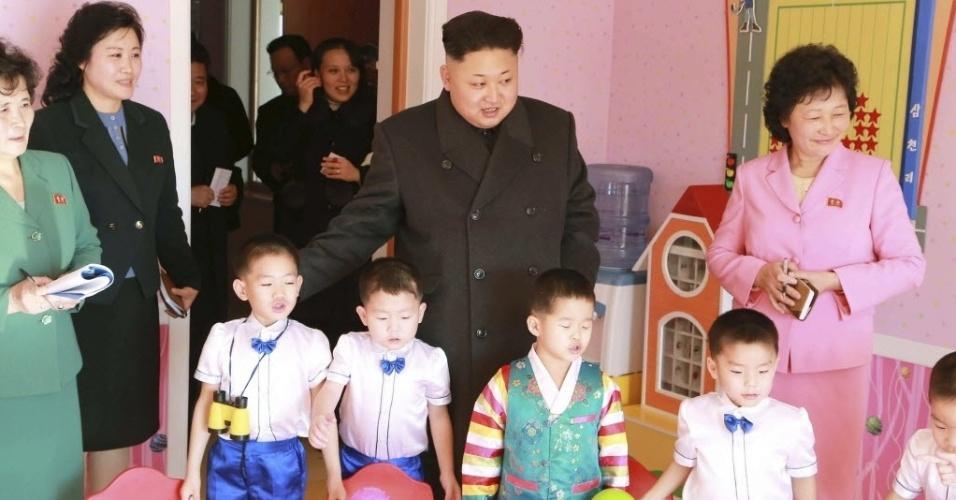 2.jan.2015 - O ditador norte-coreano Kim Jong-un (centro) posa para foto com crianças durante uma visita a um orfanato em Pyongyang. A foto, sem data definida, foi divulgada pela agência de notícias da Coreira do Norte nesta sexta-feira (2)