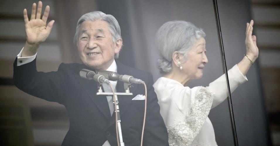 2.jan.2015 - O imperador japonês Akihito e a imperatriz Michiko saúdam a população de uma sacada envidraçada, no Palácio Imperial, em Tóquio, nesta sexta-feira (2), durante aparição pública de Ano-Novo