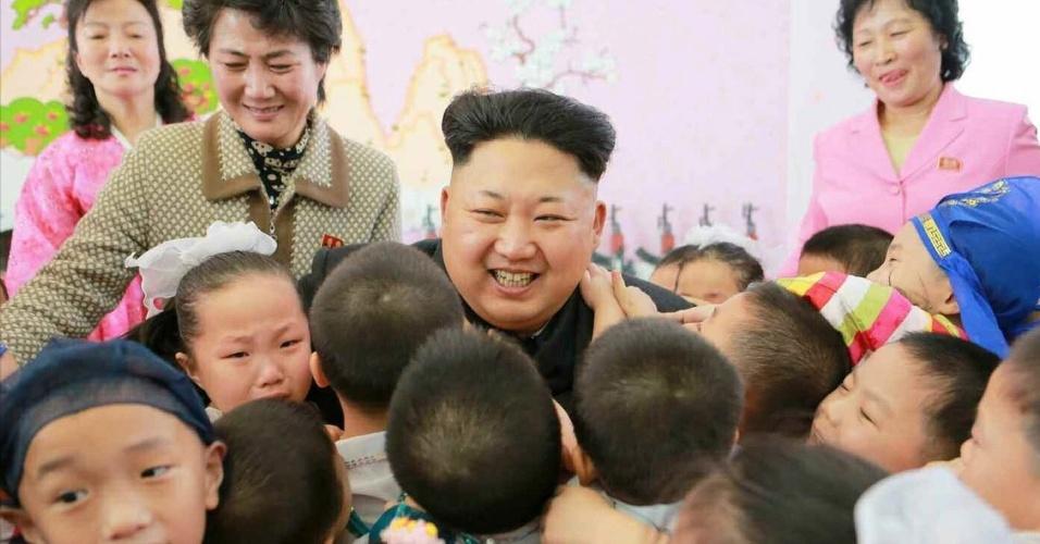 2.jan.2015 - O líder norte-coreano Kim Jong-Um interage com crianças de um orfanato em Pionyang, na Coreia do Norte, em foto tirada no dia 1º de janeiro e divulgada hoje (2) pela KCNA (agência de notícias norte-coreana). A agência informou que Kim Jong-Um visitou o orfanato no dia de Ano-Novo ao lado da sua irmã, Kim Yo-Jong, que tem ganhado notoriedade pública no seio do regime