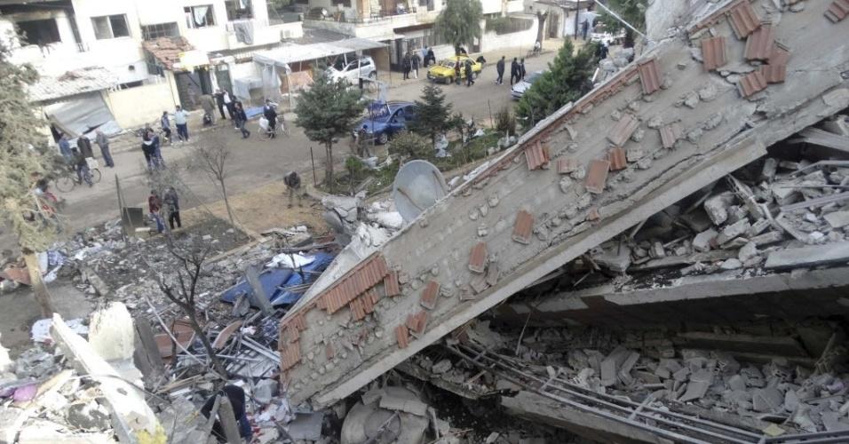 2.jan.2015 - População inspeciona, nesta sexta-feira (2), local atingido por mísseis disparados por forças leais ao ditador da Síria, Bashar Assad, no distrito de Al Waer, no noroeste de Homs. O ataque foi realizado na quinta-feira (1º)