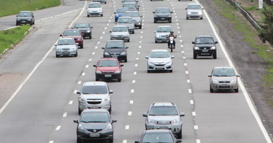 3.jan.2015 - Motoristas que retornam do litoral paulista, neste sábado (3), pela rodovia dos Imigrantes encontram movimentação intensa