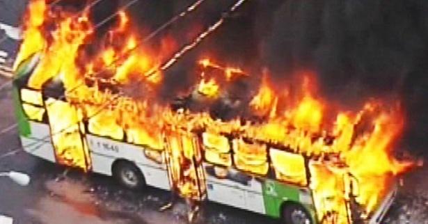 3.jan.2015 - Ônibus do transporte coletivo é atacado com pedras e incendiado por grupo de jovens na zona norte de São Paulo