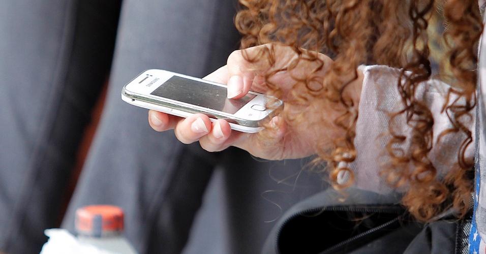 04.jan.2015 - Algumas pessoas ficaram de olho no celular antes de o local de prova abrir. Será que estavam verificando as horas ou zapeando pelas redes sociais?