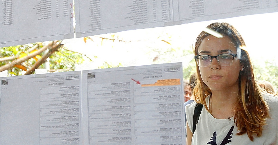 04.jan.2015 - Candidata procura sala de prova da segunda fase da Fuvest 2015