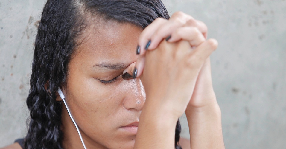 04.jan.2015 - De olhos fechados, candidata da Fuvest se concentra antes de entrar para a prova da segunda fase