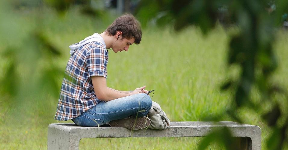 04.jan.2015 - Estar calmo antes da prova (e durante também) é essencial. Estudante encontra banco reservado para esperar prova