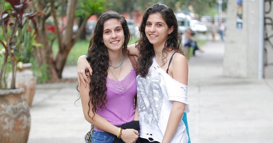 """04.jan.2015 - Júlia e Marina Nader, irmãs gêmeas de 19 anos vão prestar neste domingo (4) a segunda fase da Fuvest 2015: """"Não temos paciência para estudar juntas"""", contam."""