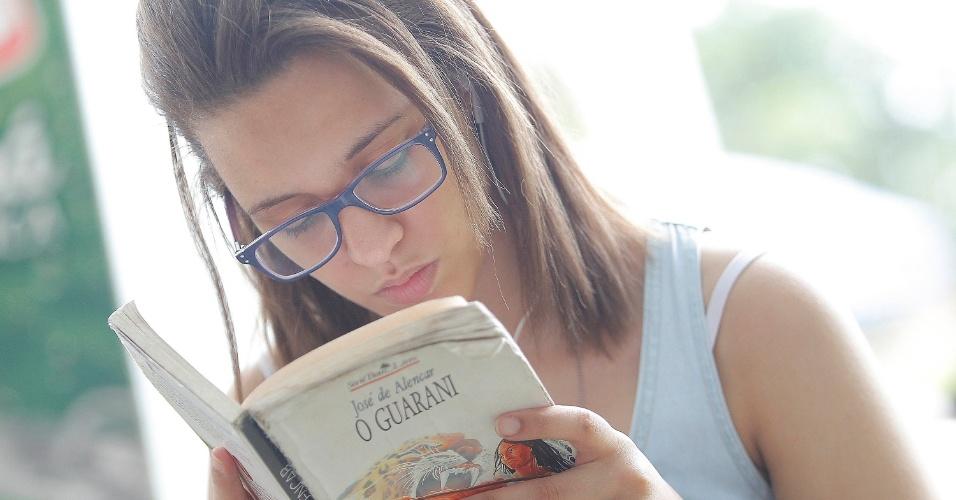 04.jan.2015 - Vestibulanda usa tempo antes da prova para ler José de Alencar