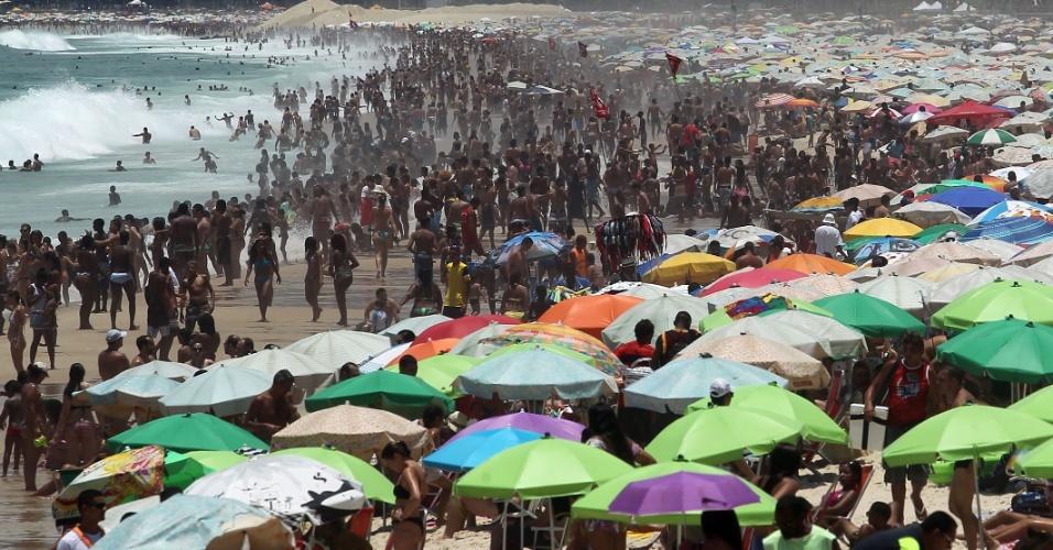 4.jan.2015 - Banhistas lotam a praia de Ipanema, na zona sul do Rio de Janeiro, na tarde deste domingo (4). Pancadas de chuva e trovoadas devem mudar as condições climáticas no Rio nas próximas horas, mas o calor vai continuar acima dos 30ºC