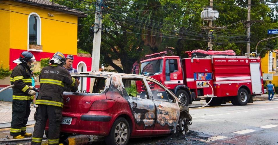 4.jan.2015 - Veículo pega fogo na avenida Brigadeiro Luís Antônio, em São Paulo, neste domingo (4). Não houve vítimas. O trânsito foi bloqueado nas duas direções