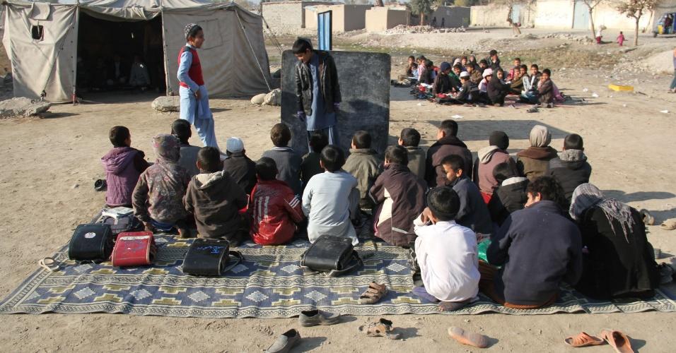 1.jan.2015 - Crianças têm aula em um espaço improvisado na província de Nangarhar, Afeganistão. Desde a queda do regime talibã, aproximadamente 8,4 milhões de crianças tiveram acesso à educação no Afeganistão