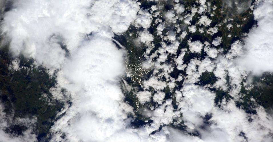 5.ajn.2015 - NUVENS FOTOGRAFADAS DA ISS - Nuvens se movem pela superfície da Terra em imagem feita da ISS (Estação Espacial Internacional) pela engenheira de voo Samantha Cristoforetti, que compõe a Missão 42. A imagem é da Nova Zelândia. Outras partículas sólidas e líquidas, chamadas de aerossóis, também são transportadas em torno da atmosfera, mas elas não são invisíveis a olho nu. Para estudar as camadas e a composição das nuvens, cientistas da Nasa desenvolveram o CATS (Cloud-Aerosol Transport System), que será enviado a ISS a bordo do quinto voo da Spacex, e será o segundo instrumento de observação da Nasa a ser montado no exterior da estação