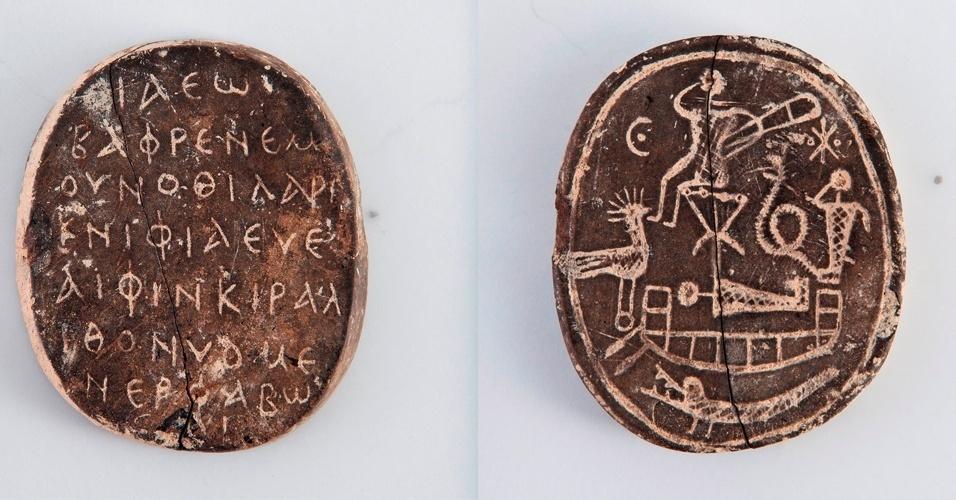 5.jan.2015 - Um amuleto de 1.500 anos com uma inscrição de 59 letras do tipo palíndromo, isto é, que se lê a mesma mensagem tanto da direita para a esquerda como da esquerda para a direita, foi descoberto na antiga cidade de Nea Paphos, no sudoeste de Chipre. A mensagem diz o seguinte: