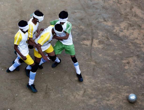 5.jan.2015 - Alunos cegos jogam futebol em uma escola em Nova Deli, na Índia