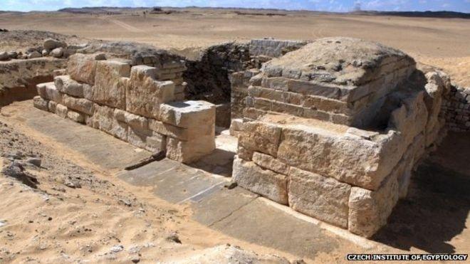 5.jan.2015 - Arqueólogos descobriram o túmulo de uma rainha até então desconhecida, que pode ser a mãe ou esposa do faraó Neferefre, que governou há 4,5 mil anos, disseram autoridades egípcias. O túmulo foi encontrado em Abu-Sir, a sudoeste do Cairo, no Egito