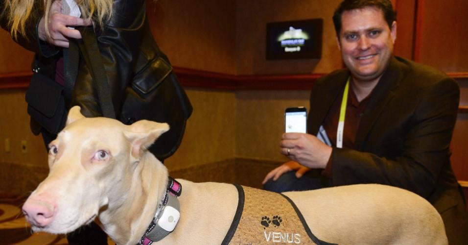 5.jan.2015 - Cachorro veste o acessório Tagg GS Pet Tracker, uma espécie de GPS para bichos de estimação. Um aplicativo desenvolvido por Scott Neuberger (direita) consegue monitorar a localização do animal que esteja vestindo o acessório. Nos Estados Unidos, a coleira ?localizadora? custa a partir de US$ 100