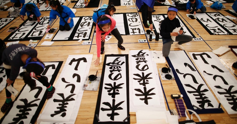 5.jan.2015 - Estudantes de uma escola japonesa participam de um concurso de caligrafia para celebrara o Ano Novo em Tóquio, no Japão