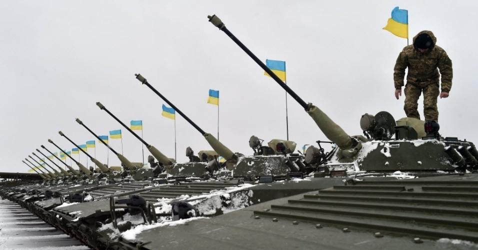 5.jan.2015 - Soldado ucraniano sobe em um novo tanque blindado durante uma cerimônia de entrega de equipamento militar pelo presidente da Ucrânia, Petro Poroshenko, às forças armadas do país, perto da cidade de Ghytomyr, nesta segunda-feira (5). Poroshenko entregou mais de 150 peças de equipamentos militares e armas fabricadas ou recondicionados pelo complexo militar-industrial da Ucrânia