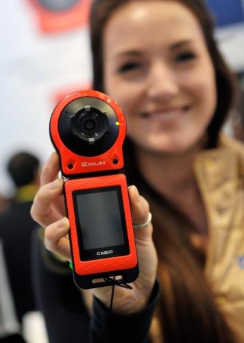 6.jan.2015 - A fabricante japonesa Casio exibiu na CES 2015 a câmera portátil FR10. O aparelho pode assumir diferentes formatos: de uma câmera digital convencional ou ser acoplada em uma bicicleta, por exemplo, como uma câmera de ação. Ela conta com um sensor de 14 megapixels que grava vídeos em FullHD e uma tela retrátil de 2 polegadas. Nos EUA, ela é vendida por cerca de US$ 350
